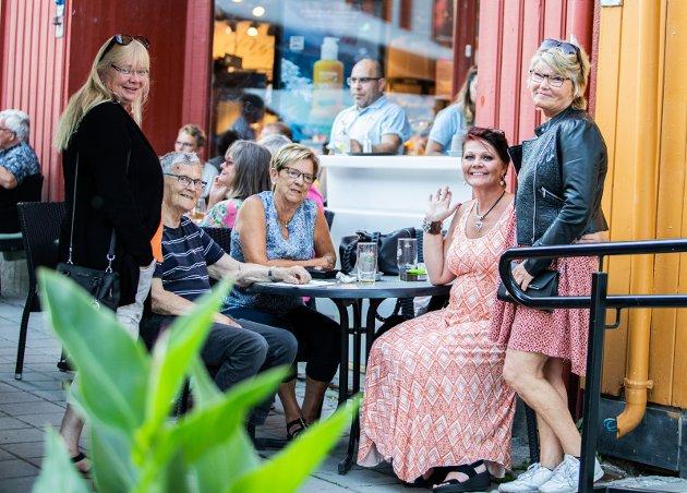 SOSIALT: Wenche Ødegaard, Jon Jonasen, Astrid Trettsveen, Berit Aalmo og Tone Olsen var blant de mange som var ute i gatene på Lillehammer i forbindelse med nattåpent torsdag.Foto: Inga Oline Rusten