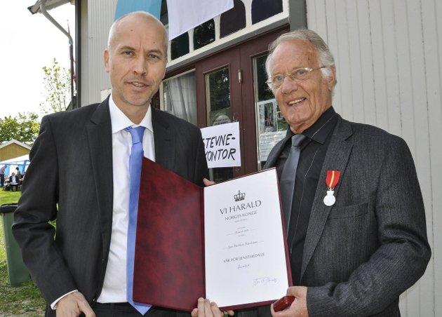 ÆRET: Jan Reidem fikk Kongens fortjenstmedalje. Den ble overlevert av assisterende fylkesmann Sigurd Tremoen.