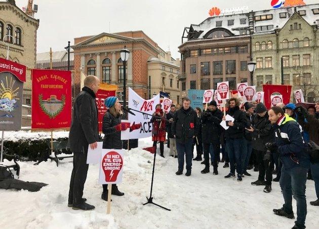 Senterpartiet og SV sa nei til ACER under demonstrasjonen 23.1.18 på Eidsvolls plass.