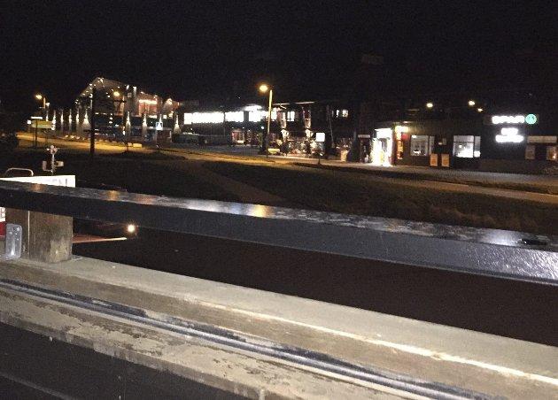 IKKE HELT ALPENE, MEN: Fra en noe sliten hotellbalkong kikker vi utover Beitostølen «by night» med flotte Lodge 900 øverst til venstre.FOTO: ØYVIN SØRAA