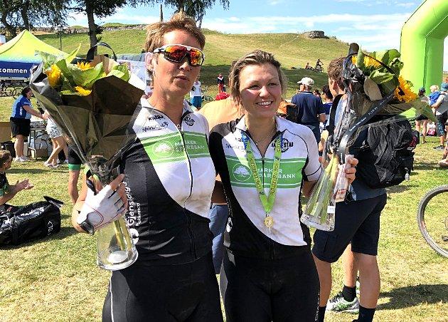 PALLPLASSER: Tone Merethe Helstad Glomsrud (t.v.) og unge Emily Nerland syklet inn til hver sin sterke andreplass i kvinneklassene K40-44 og K25-29. Ikke rart de er blide. FOTO: PRIVAT