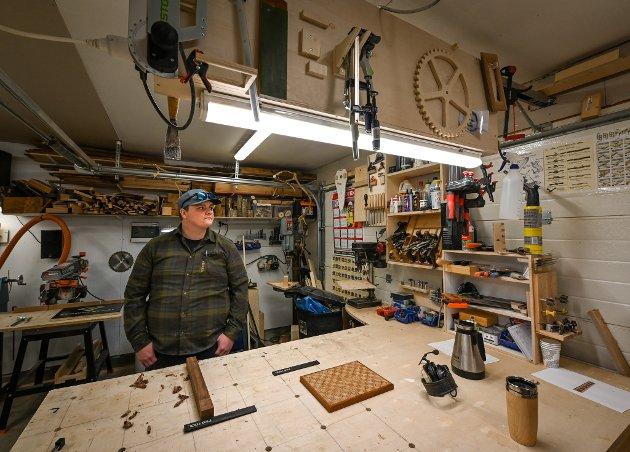 Da Martin Strand (30) ble ufør for tre år siden, gjorde han om garasjen til en snekkerbod. Der tilbringer han mye tid.