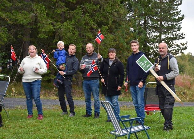 RIGGA SEG TIL: Denne gjengen hadde rigga seg til langs vegen for å støtte markeringa.