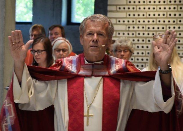 VIGSLET: Biskop Per Arne Dahl under vigslingsgudstjenesten i Teglen på søndag. foto: Peter Frisk