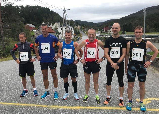 TIL START OM EI VEKES TID: Her ser du deltakarane på maratondistansen i fjorårets utgåve av Eikefjord Maraton, der vinnar blei Helge Hafsås (t.h.) frå Olden IL. I år blir det også deltakarar i kvinneklassa.