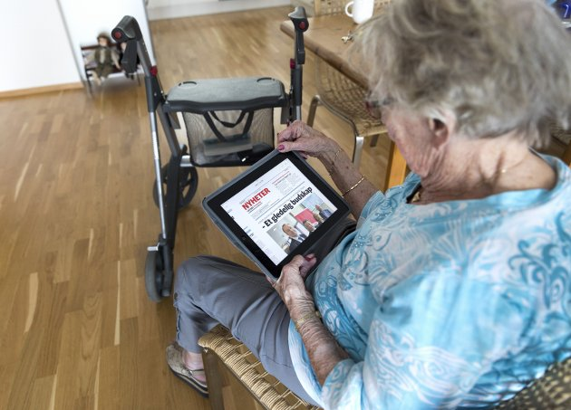 I UTVIKLING: Du trenger ikke være ung for å henge med i den digitale utviklinga. Mange eldre leser lokalavisa og deltar i møter digitalt for tida.