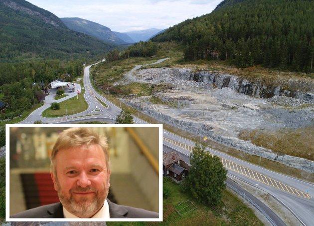STOPP: Her stopper ny E6 i fjellveggen på Sjoa. Bengt Fasteraune ber om å få et årstall for Nye Veier sine prosjekter skal stå ferdig.