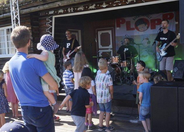 FRESKE LÅTER: Mye show og raske rockelåter med artige tekster fra Plopp. Alle foto: Anders Joh. Blisten