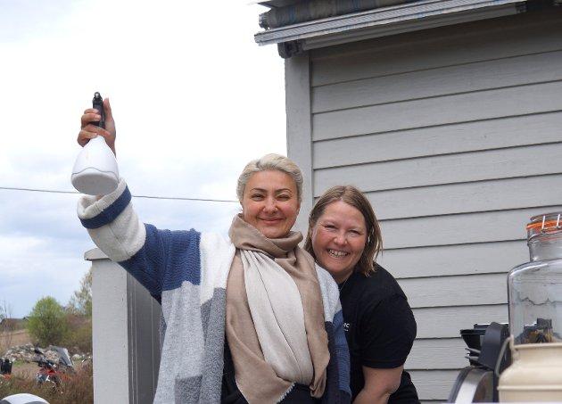 SERVERINGSDAMER: Anita Oppegaard (til høyre) og Noshin Maleki syntes begge det var stor stas å være serveringsdamer for godt over 500 motorsyklister som 1. mai var innom hobbytiltaket Randsfjord MC, som hun og ektemannen Tommy har startet hjemme hos seg selv i Vestre Gran.