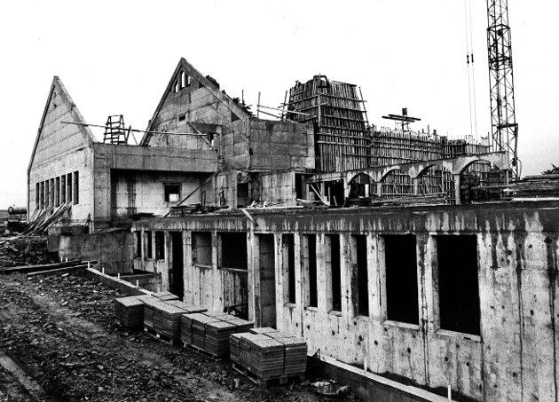 UNDER ARBEID: Den kommende kirken på Norheim er i ferd med å reise seg, vel fem måneder etter at arbeidet startet. Dette bildet skal være tatt 13. november 1976.