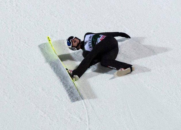 Klingenthal, Tyskland 20191215.  Thomas Aasen Markeng falt i første omgang av verdenscuprennet i hopp stor bakke i Klingenthal søndag. Foto: Robert Michael/DPA / NTB scanpix