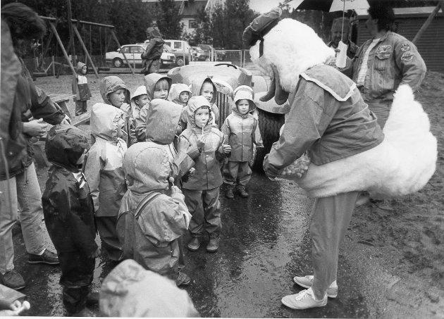 Donald ble nok ikke mindre populær hos ungene da han delte ut kjærlighet-på-pinne til alle sammen, under et besøk i Småtroll Barnehage. 1. juli 1992.