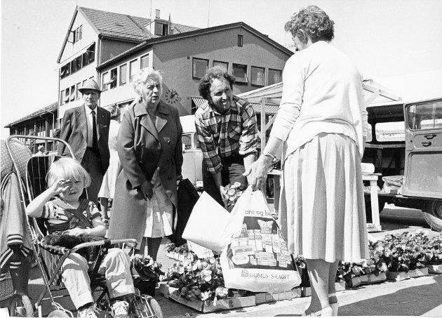 Lønnums blomster har utsalg i gågata. Jan Sverre Norheim selger blomster.