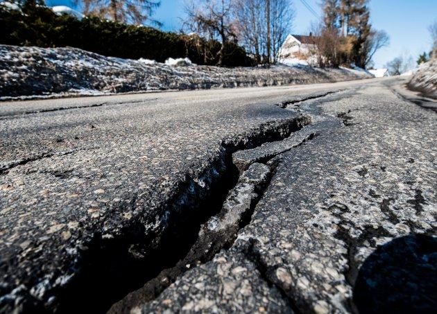 Store sprekker: Slik ser det ut på fylkesvei 120 i Nannestad.