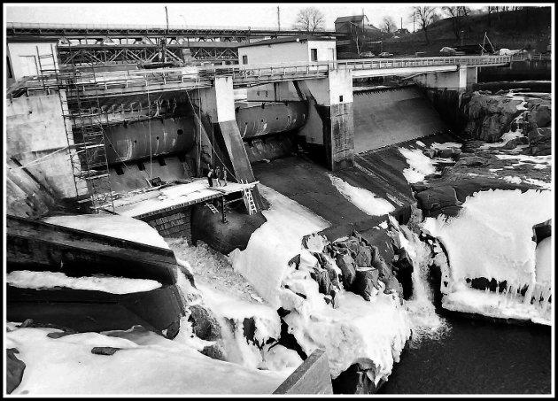 Mange har de siste dagene tatt turen til Sarpsfossen for å se det mektige skuet. Her har vi samlet noen bilder (og malerier) fra Glomma og Sarpsfossen gjennomtidene. Dette bildet ble tatt i 1989, da de ble utført reparasjonsarbeider ved Sarpsfossen.