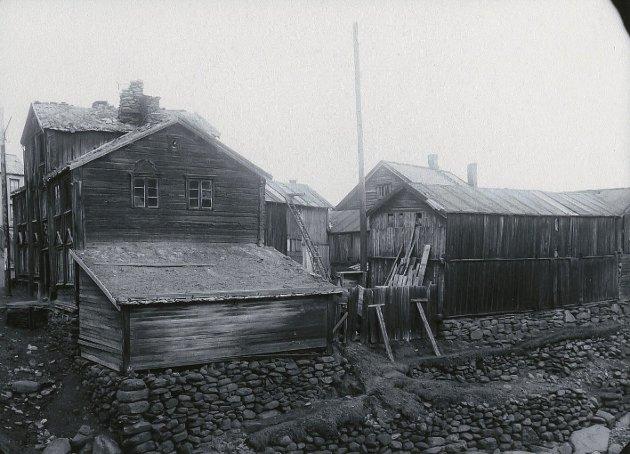 ASPÅSGÅRDEN: Til venstre står hovedhuset som ble flyttet til Sverresborg, mot høyre står uthusrekka som skal gjenskapes og fungere som stallplass for lasskjørere og forbønder under Rørosmartnan.