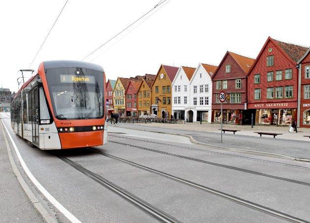 Erling Gjelsvik er redd Bryggens status som verdensarv kan ryke dersom Bybanen over Bryggen realiseres. MONTASJE: BA