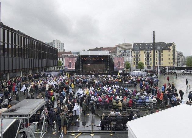 Slik så det ut fra taket av billettboden på Edvard Griegs plass under Festspillåpningen onsdag ettermiddag.