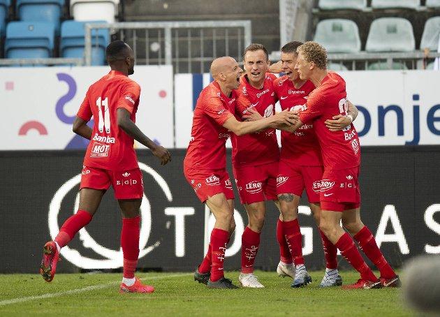 Glade brannspillere etter den første scoringen mot Haugesund.