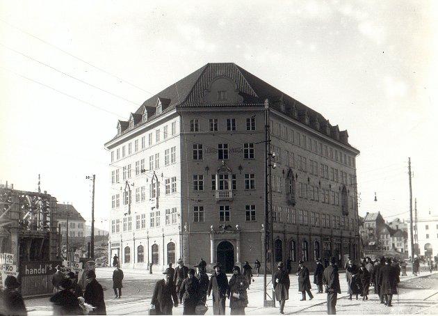 Strandgaten 6 var det første bygget som ble gjenoppbygget etter bybrannen i 1916. 18 mai 1921 ble nye Svaneapoteket åpnet.