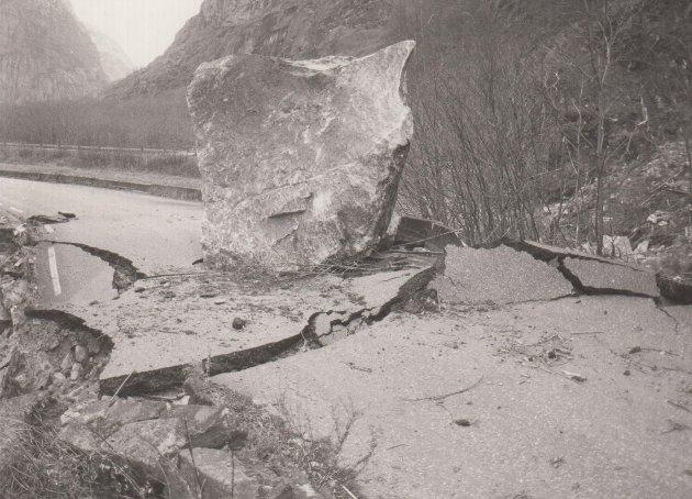 Denne store steinen dundret plutselig i bakken på riksveg 7 i Eidfjord i 1988. Veien ble knust og måtte fikses igjen.