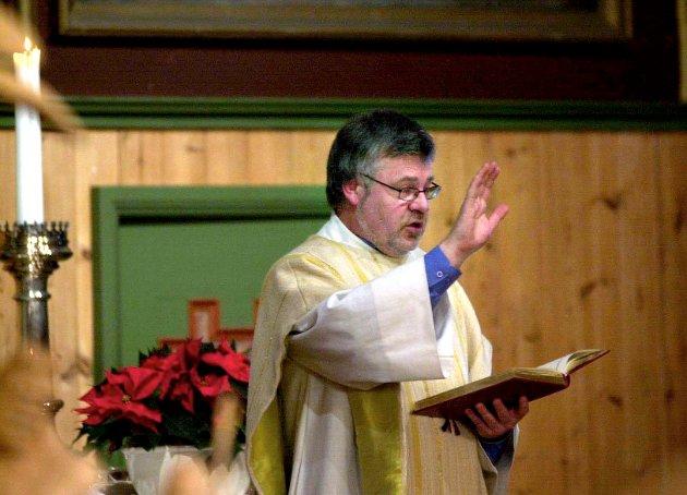 sokneprest Jan Biering-Strand holdt julegudstjeneste i Dolstad kirke i 2003.