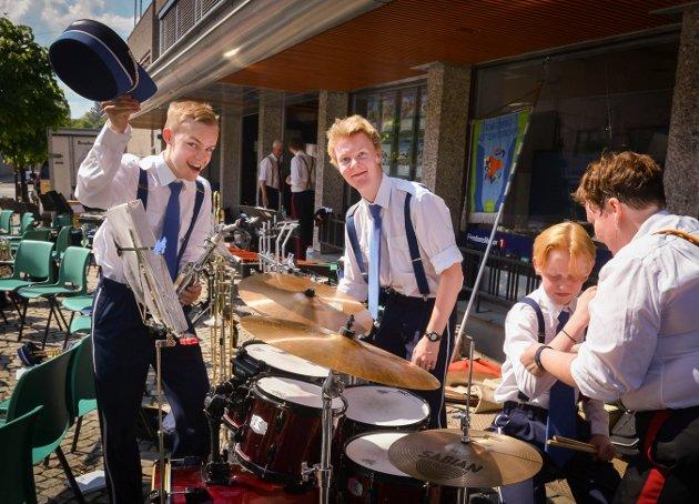 Guttemusikken og KV-musikken hadde konsert i gågata i Kongsberg. Foto: Eigil Kittang Ramstad