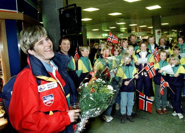 VELKOMMEN INGER HELENE: En hel busslast fra Skrautvål hadde møtt fram på Fornebu da medaljevinner Inger Helene Nybråten kom inn i ankomsthallen.