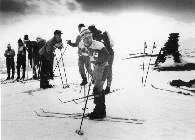 """Snøfjellrennet 1991. 50 gærninger trasket helt opp til toppen av Snøfjellet for så å sette """"liv og helse"""" på spill i et vilt kappløp ned fjellskrenten. Vinneren, Pål Homnes, står i forgrunnen."""