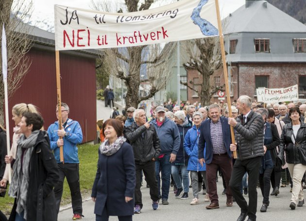 1. mai 2018: Store delar av dei som stilte opp i toget gjekk bak appellen «Ja til flomsikring – Nei til kraftverk».foto: Sondre L. Haukedal