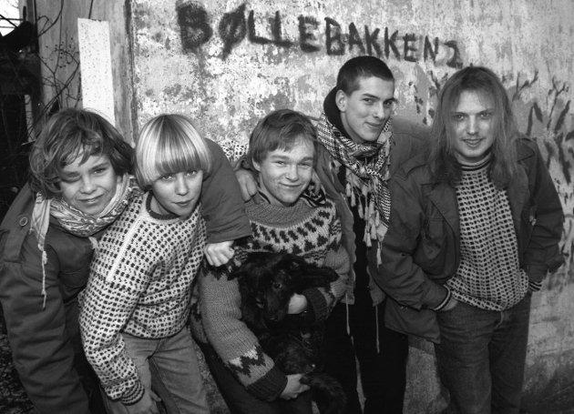MOSS 1992: Ungdomshuset Galgen i Herføllbakken 2 i Moss sentrum. Den nå prisbelønte forfatteren  Lars Ramslie med hunden Biff i midten. Ramslie er oppvokst på Øreåsen. Han debuterte i 1997 med romanen Biopsi, som han fikk Tarjei Vesaas´ debutantpris for. Han skrev også oppvekstromanen Destroyer (2000) inspirert fra barndommen i Helgedalen borettslag på Øreåsen. Romanen Fatso fra 2003 ble senere filmatisert og kom på kinoer i 2008 med Nils Jørgen Kaalstad i hovedrollen som Rino Hanssen.