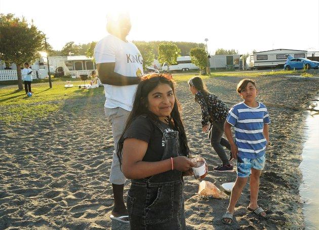 GRILLTUR: Lynn Haisan Abdul Alim (11) og familien hadde tatt turen fra Lena til Hekshusstranda for å grille fredag kveld. Bak fra venstre: Osman Ali, Manal Osama Abunada (10) og Yacob Haisan Abdul Alim (9).