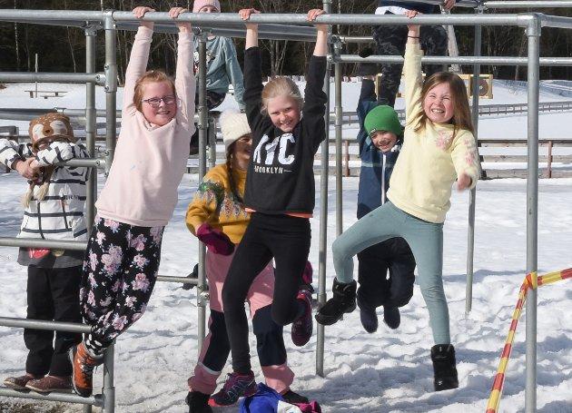 Gøy med lek på skolen igjen. Disse elevene i tredje klasse ved Korgen sentralskole satte pris på å være tilbake etter seks uker hjemme.