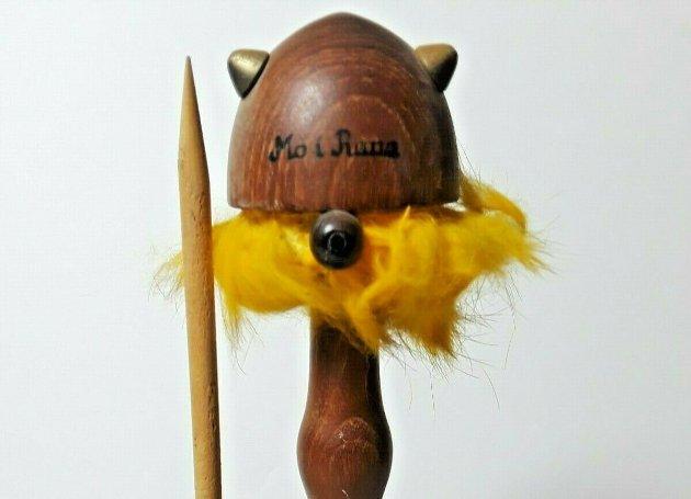 Tre-viking fra Mo i Rana. Selgeren beskriver noen skraper i treverket samt at noe av det gule håret er borte. Den befinner seg i Ravenswood, West Virginia i USA og selges for 255 kroner.