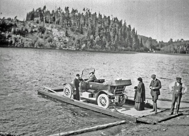 Bilferge over Storelva før Busundbrua kom. Bildet ble tatt i anledning besøk fra fylkesmann Thorvald Løchen, 24. august 1915. (Foto: Hole bygdearkiv)