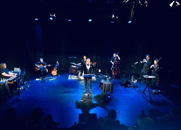 FULL SCENE: Thomas Ruud sto på scenen i Papirhuset torsdag sammen med musikerne Lise Voldsdal, Frank Brodahl, Håkon Eivind Larsen, Knut IngolfBrenna, Thorgeir Bonden og Stein Austrud.