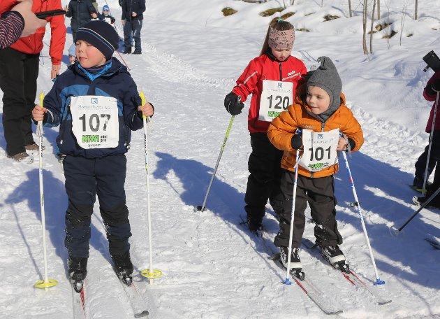 To gode kompisar frå Alversund på veg ut på sine 500 meter i Lindås.mesiterskapet. T.v. Felix Edvardsen og Ulrik Hjertvik.