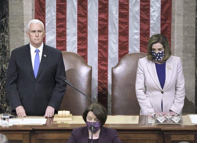 - Gudene må vite hva som rørte seg inne i visepresident Mike Pence (t.v) der han offentliggjorde sitt eget nederlag. Jeg ser ikke bort fra at den dominerende følelsen var lettelse. Kanskje dominerte lettelsen over å slippe unna med liv og helse i behold. FOTO: AP Photo/J. Scott