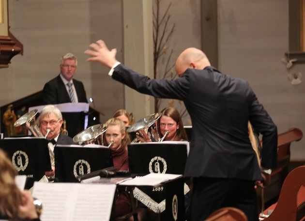 Nyttårskonsert med Florø Hornmusikk og dirigent Torgeir Halvorsen og Kinn Kyrkjekor med dirigent, pianist og organist Imke Schüren.
