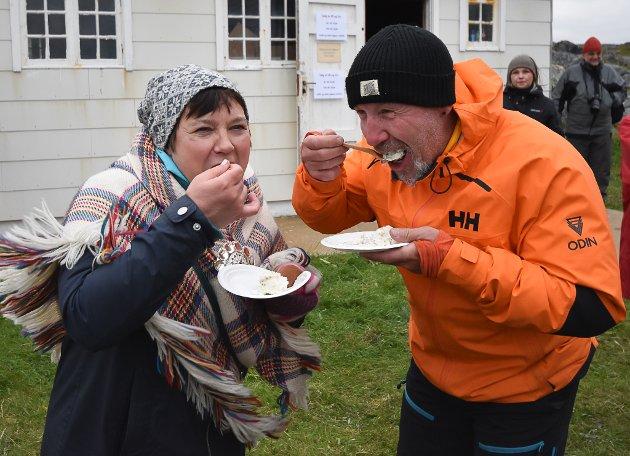 SMAKSPANEL: Ragnhild Vassvik (53) og Harald Hansen (58) fikk æren av å teste den gropstekte hysa for våre lesere. Deres dom var at det smakte fortreffelig. Saftig og godt.