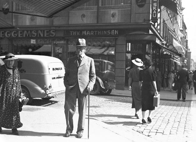 Knut Hamsun på spaserertur i Oslo i august 1936.