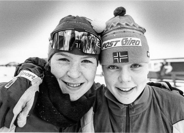 Anita Lorentzen, B&Y IL, hadde marginene på sin side i kampen NNM-gullet i langrenn, jenter 15 år. Lagvenninna Hege flatum (t.h) gratulerer. Flatum ble slått med fattige sekunder. 22. marrs 1993.