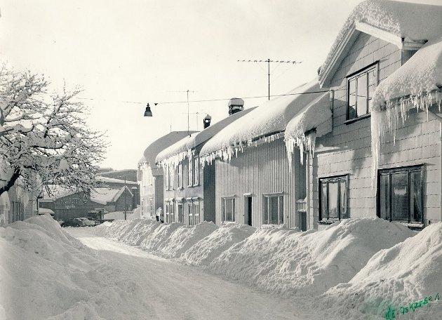 Her har vi et bilde av Havnegata og vi ser H. Carlsen trelast i bakgrunnen. Det er tatt på 1960-tallet og trolig i 1966 som var en snørik vinter.