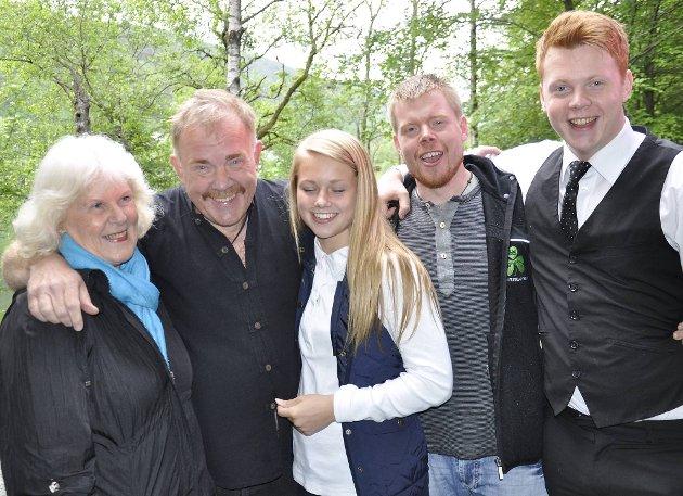 Kurt Oddekalv med moren Karin Ellefsen og barna Mathilde, Ruben og Odin. Bildet ble tatt i 2016 da Miljøvernforbundet fylte 20 år. Datteren Gyda var ikke med da bildet ble tatt.