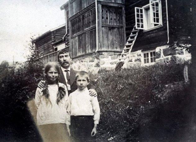Lars Jorde med barna i hagen nedenfor Jorderik.