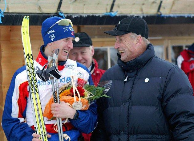 Lars Berger i munter prat med kong Harald etter seieren på 30 km langrenn friteknikk under NM på ski i Molde.