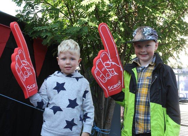 Brødrene Tobias (4) og Einar Kristoffer Erlandsen Risan (8) var to av mange som tok turen til sentrum for å få med seg åpningen av Arctic Race. De syntes det var masse gøy å se på rundt omkring i byen