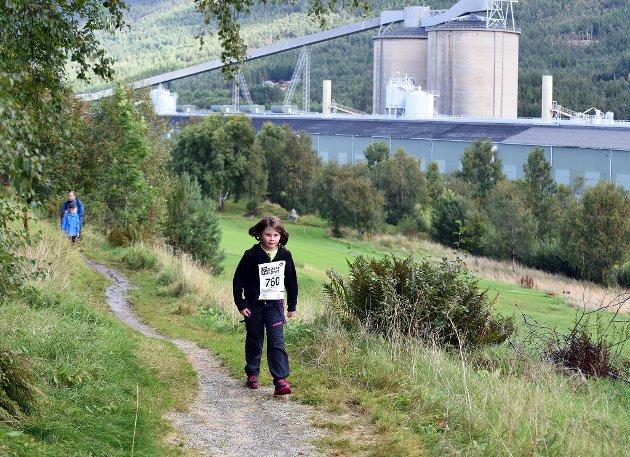 Søralløpet 2017 enda opp med deltakarrekord på totalt 1.509 (skuleløp + hovudløp). Her er det Amalie Johansen (9) frå Husnes i fint driv i hovudløpet som denne bildeserien er frå. Like bak kjem pappaen hennar og to søsken.