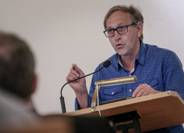 FOLKET PÅVIRKER: Rødt ordførerkandidat Eirik Tveiten lover at de vil la seg påvirke av mossefolkets meninger, og vil stemme for løsninger som gagner flertallet i dette leserinnlegget.  Tveiten er her avbildet på et bystyremøte ved tidligere anledning.