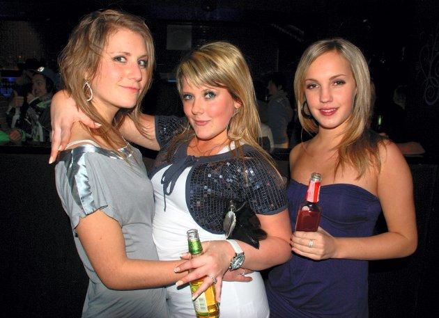 På Play Bar: Camilla Gravdal (f.v.), Tilla Egerberg og Malene Durbeck er ute og fester før Camilla reiser til Australia i ett år.